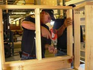 עבודה בעץ במבנה נייד
