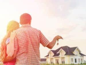 זוג צעיר מפתח ביד